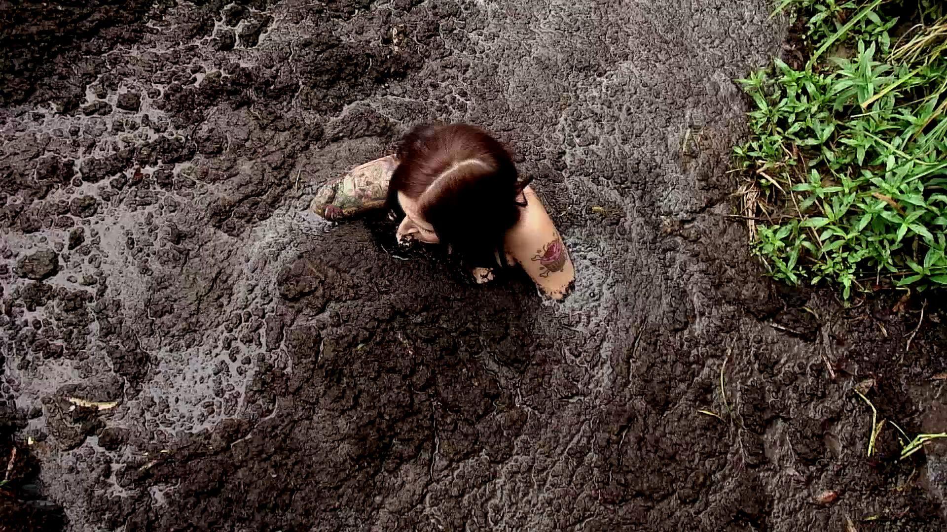 Paris Kennedy quicksand Paris-sinking-solo-in-the-bog_18